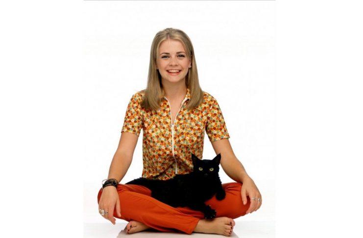 Melissa Joan Hart jako tytułowa Sabrina z kotem Salem
