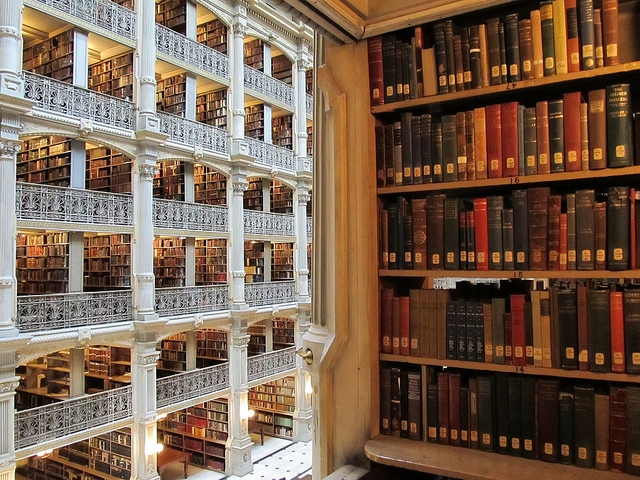 https://upload.wikimedia.org/wikipedia/commons/e/e4/Interior_View_of_the_George_Peabody_Library.JPG
