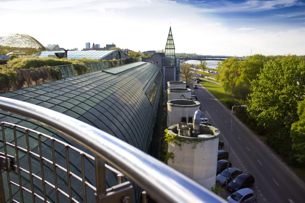 https://upload.wikimedia.org/wikipedia/commons/5/5c/The_University_of_Warsaw_Library_garden_-_panoramio_%282%29.jpg