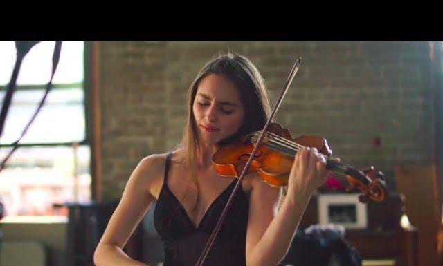 Esther Abrami skrzypce skrzypaczka dekolt muzyka klasyczna ramiona twarz grymas