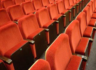 odwołane wydarzenia Puste miejsca na widowni symbolizują pustki w instytucjach kultury podczas pandemii koronawirusa